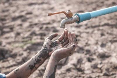 Problemy z wodą groźniejsze od kul. Na wojnie więcej dzieci zabija biegunka WODA POD OSTRZAŁEM UNICEF RAPORT WODA
