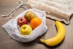 Sieć sklepów testuje sprzedaż owoców bez opakowań foliowych. Zamiast tego oferuje worki materiałowe