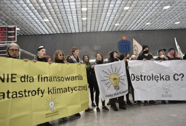 Przestańcie finansować katastrofę klimatyczną Kilkudziesięciu aktywistów w siedzibie banku PKO