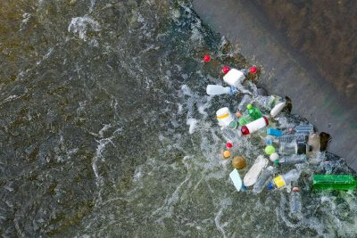 By nie zanieczyszczać oceanu plastikiem, zamontują 100 rzecznych barier przeciw śmieciom
