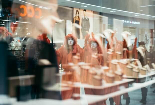Niemy protest we wrocławskich centrach handlowych. Black Friday z Extinction Rebellion