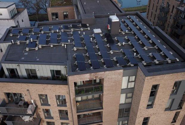 panele słoneczne w bloku