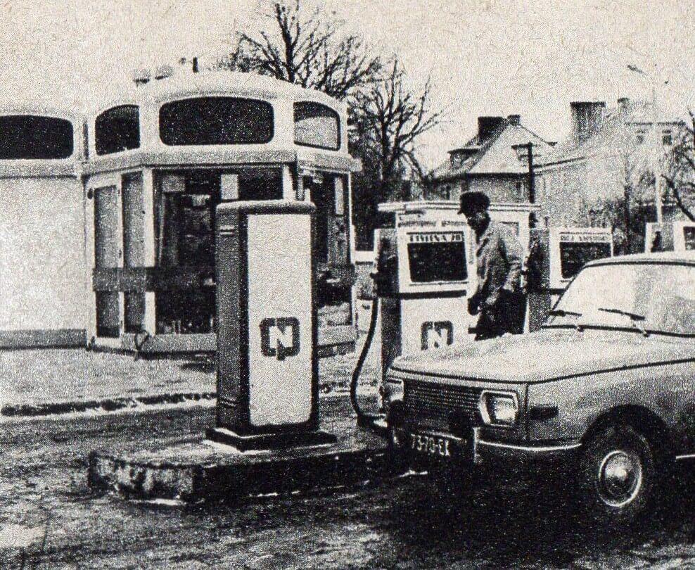Benzyna ołowiowa, czyli etylina była powszechnie wykorzystywana w Polsce. Zdjęcie stacji CPN pochodzi z czasopisma Młody Technik.