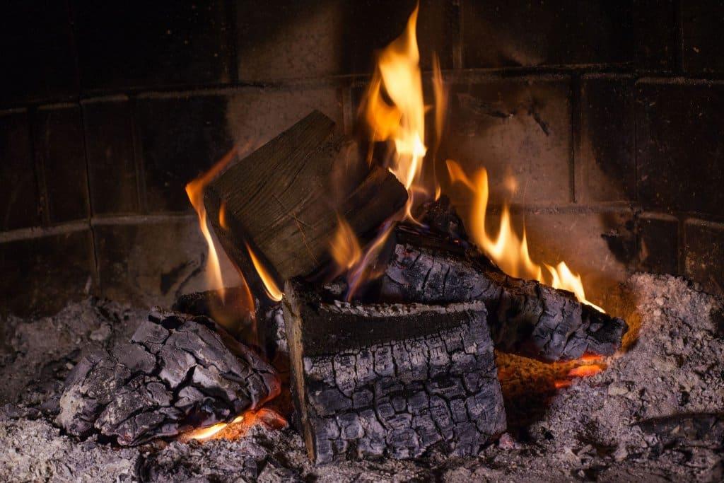 Czy dym z drewna szkodzi? Zanieczyszczenia emitowane przy spalaniu drewna mogą mieć bardzo poważny wpływ na nasze zdrowie.