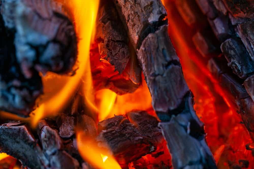 Dym ze spalania drewna. Co zawiera? Fot. Shutterstock/evgenii mitroshin.