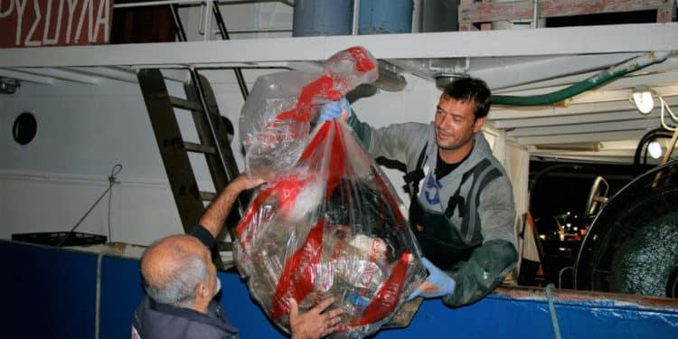 Grecja Rybacy Łowią Śmieci UNEP