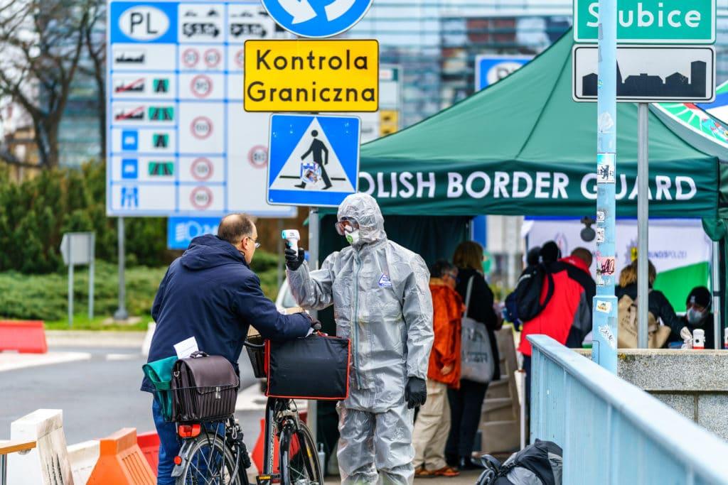 W 2021 roku za największe zagrożenia dla ludzkości uznano m.in. choroby zakaźne i gospodarcze skutki pandemii, ale też kryzys klimatyczny. Fot. Orso / Shutterstock.com.